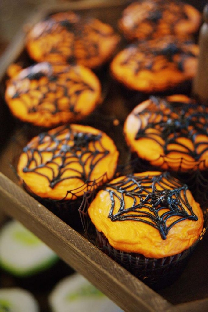 Halloween wedding spider cupcakes / Photo credit: Ace Photography